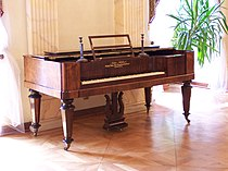 Muzeum Sułkowskich - zabytkowy fortepian.JPG