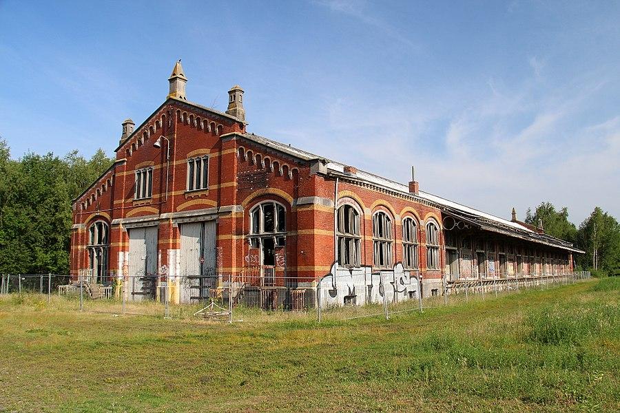 In de 19de eeuw groeide Essen uit tot een belangrijke grenspost met spoorweg (1854 werd de lijn Antwerpen-Roosendaal aangelegd), station, douanepost en quarantainestallen. Tussen de sporen en evenwijdig aan het station, op de terreinen van de N.M.B.S. ligt een langgerekte goederenloods in neo-renaissance stijl, gebouwd aan het begin van de 20e Eeuw. Het betreft hier een overlaadloods met ijzeren dakspant. De loods is noord-zuid georiënteerd parallel aan de spoorlijn Antwerpen-Roosendaal.