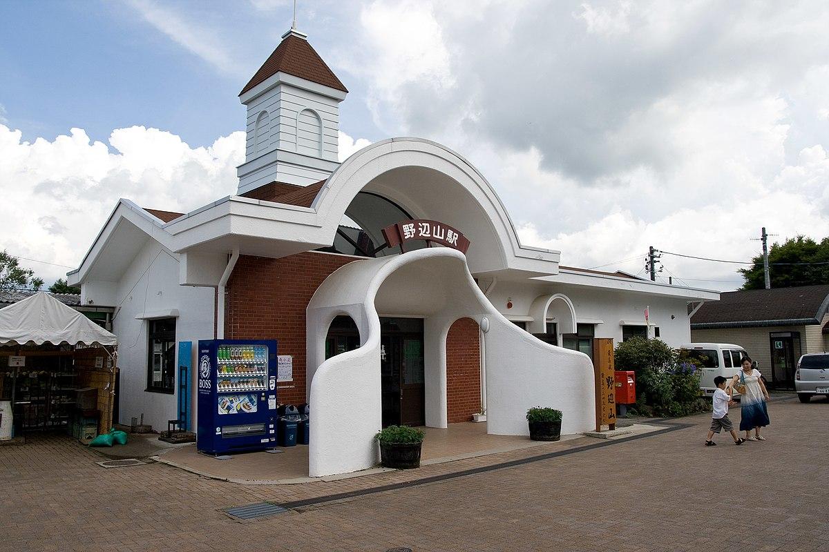 於1983年時改建、西洋風格造型的野邊山車站站房。