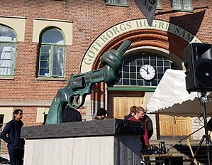 Non-Violence (sculpture) - Image: Non Violence Stora Samskolan