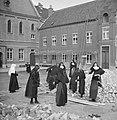 Nonnen op binnenplaats bezig met bouwactiviteiten, Bestanddeelnr 191-1170.jpg
