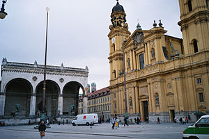 Odeonsplatz - View from the Odeonsplatz on to the Feldherrnhalle (l) and the Theatinerkirche (r)