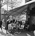 Ontmoeting op het terras van café-restaurant Deux Magots in Saint-Germain-des-Pr, Bestanddeelnr 254-0434.jpg