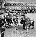 Openingszitting Staten Generaal , koningin Juliana stapt uit Gouden Koets, Bestanddeelnr 926-6901.jpg