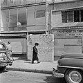 Orthodoxe jood met bonthoed op straat lopend in de wijk Mea Sharim tijdens de sa, Bestanddeelnr 255-0376.jpg
