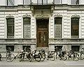 Overzicht van de ingangspartij, in het midden van de voorgevel, met portiek, hardstenen trap en een dubbele deur met bovenlicht - Tilburg - 20388605 - RCE.jpg