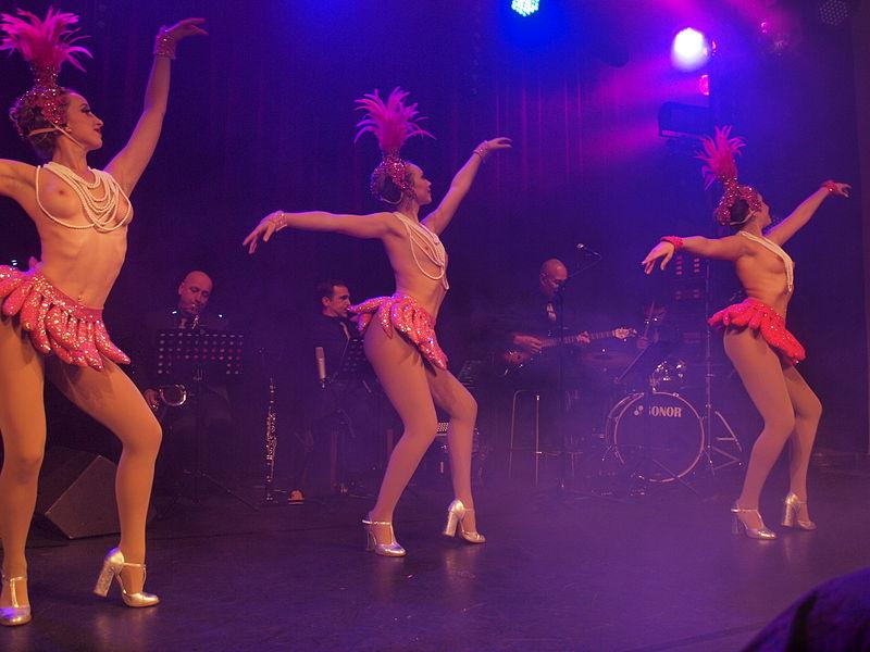 Танцы девушек топлес