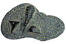 Maquette en bronze d'un foie sous forme plate et ovale avec des écritures en alphabet étrusque et trois protubérances.