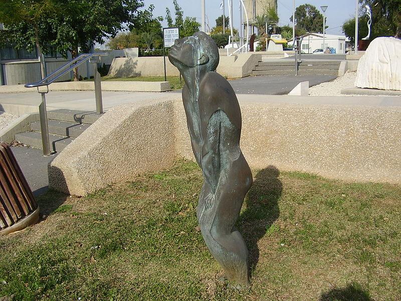 """הפסל """"מאבק פנימי"""" של מיכאל שחם בגן הפסלי"""