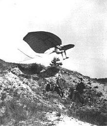 Skúšobný skok na klzáku Nr.3. Pozorovateľmi sú technik Eulitz a mlynár Schwach. Dewitz 1891