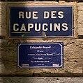 Plaque rue des Capucins et fausse plaque de rue en hommage à Eduarda Brasil, trans assassinée.jpg