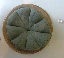 Pagnotta carbonizzata ritrovata a Pompei. Provenienza: Museo archeologico di Napoli.