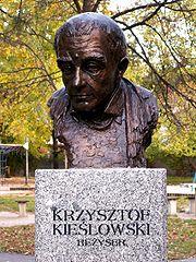 Popiersie Krzysztofa Kieślowskiego w Alei Sław na Skwerze Harcerskim w Kielcach