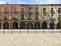 Porxos i edificis de la plaça de la Vila.jpg