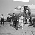 Prins Bernhard uit Amerika op Schiphol begroet door koningin Juliana, Bestanddeelnr 914-0118.jpg