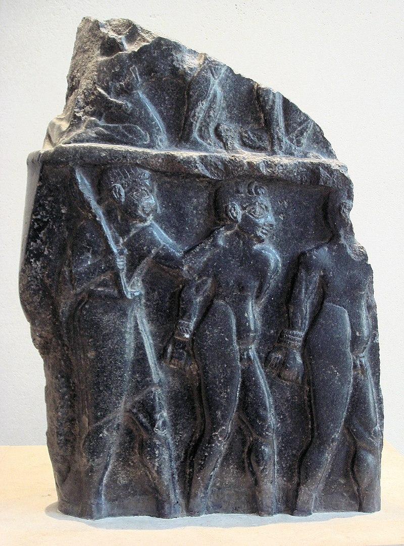 زندانی که توسط سرباز محاصره شده است ، 2300 سال پیش از میلاد. از مدل موی مجسمه میتوان تشخیص داد که از سومریان بوده اند.