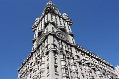 Montevideo, Palacio Salvo. Situato all'angolo sudest fra Plaza Independencia e il viale 18 de Julio.