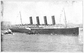 O RMS Lusitania, escoltado por outros pequenos navios