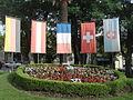 Reloj de flores y banderas en la Plaza de los Fundadores.JPG
