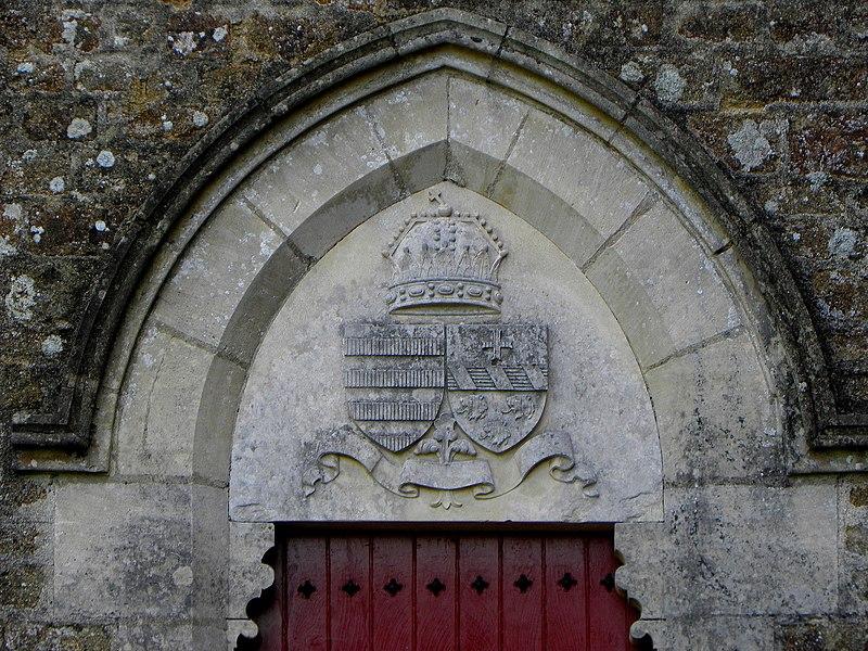 L'église Notre-Dame-de-l'Assomption, lieudit Mégaudais, commune de Saint-Pierre-des-Landes (53). Tympan d'un portail du transept. Armes de Gustave de Hongrie de Crouy-Chanel (1830-1913) et de Noëmi Thiroux de Saint-Cyr (Saint-Félix) (1827-1904).