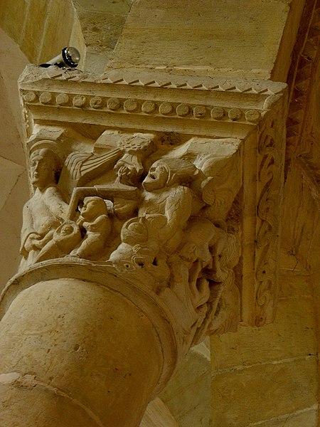 Chapiteau de l'église de Saint-Révérien (58).