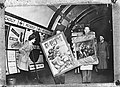 Schilderijen, voor veiligheid in de Londense ondergrondse geweest, gaan naar hun, Bestanddeelnr 901-4613.jpg