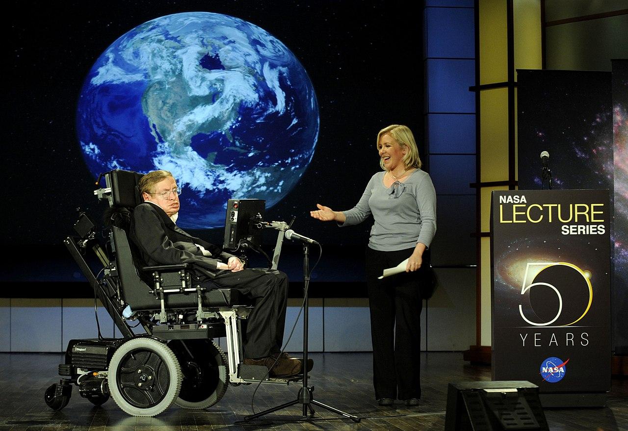 เผ่าพันธ์มนุษย์เสี่ยงที่จะสูญพันธุ์ในอีก 1,000 ปี ข้างหน้า และมนุษย์จะต้องสร้างอาณานิคมนอกโลกให้ได้ภายใน 200 ปี ไม่เช่นนั้นเราจะตายอยู่บนโลกใบนี้ กล่าวโดยสตีเฟน ฮอว์กิง ในปี 2001 และ 2006 -ภาพโดย NASA/Paul Alers