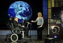 Description de l'image  Stephen hawking and lucy hawking nasa 2008.jpg.
