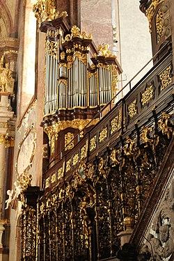 Stift Klosterneuburg, Kirche, Chorgestühl und kleine Orgel.JPG