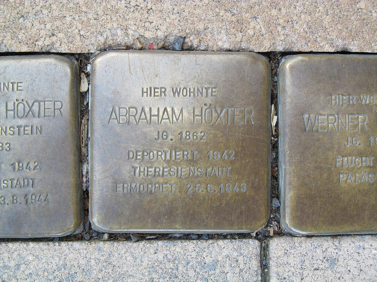 der Stolperstein für Abraham Höxter vor dem Haus Bahnhofstraße 33 in Treysa