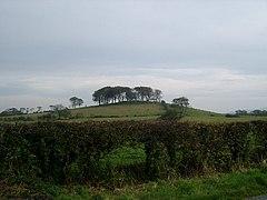 El Doon y el antiguo fuerte al oeste de Twynholm.jpg