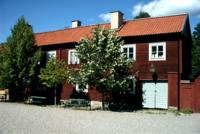 Träbyggnad på Torekällbergets torg Södertälje.png