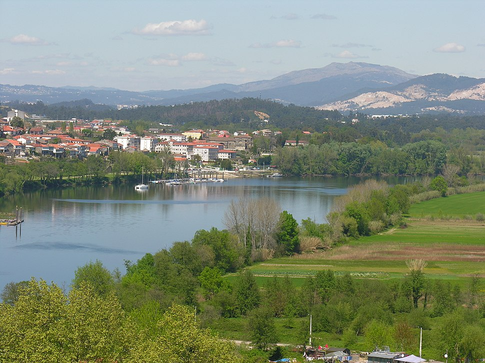 Реката Мињо и градот Туј (Шпанија) гледани од Валенса (Португалија)