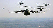 Le C-17 Globmaster 220px-US_Air_Force_C-17_Globemaster_III_formation
