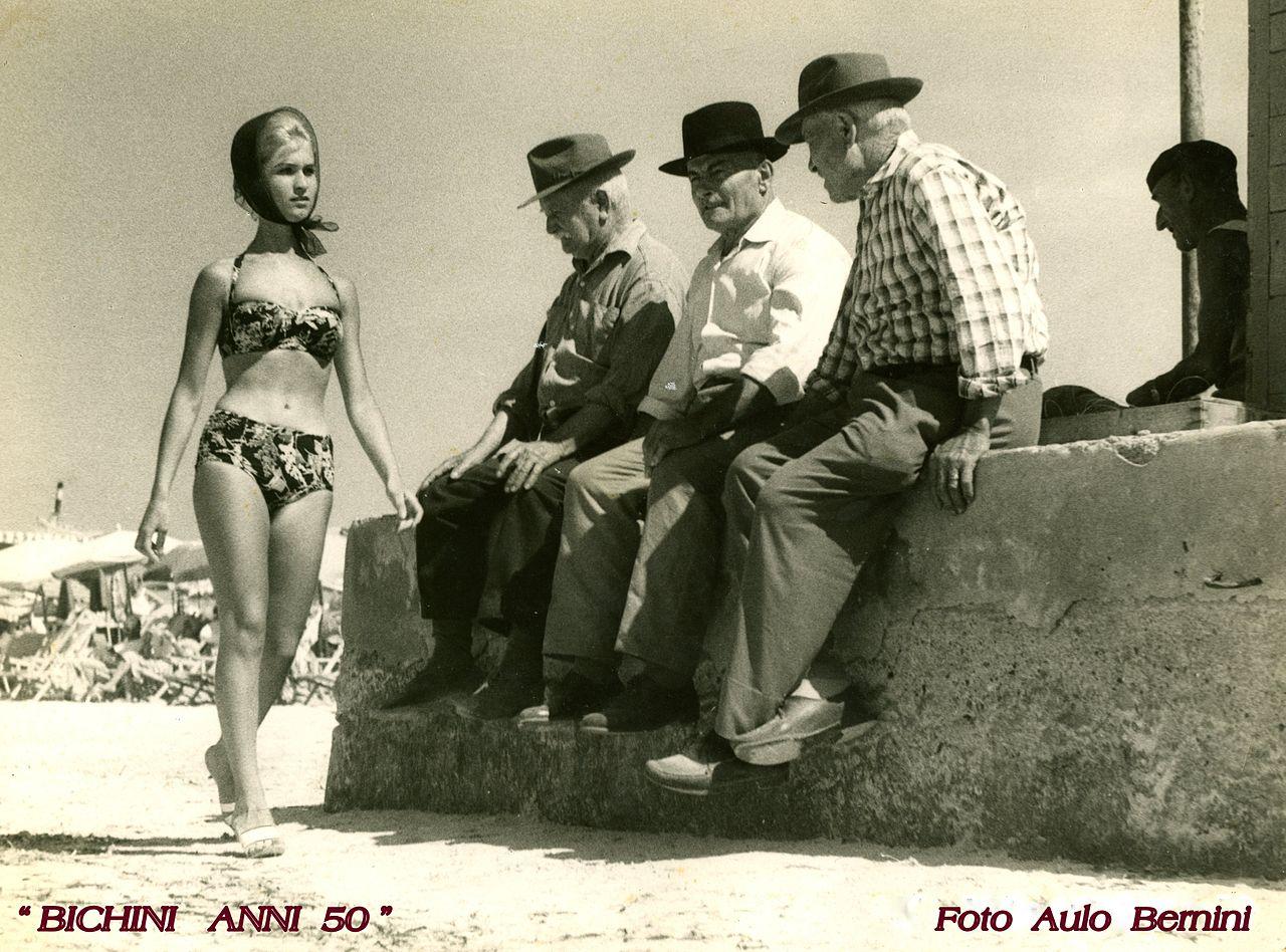 El bikini hace su aparición en las playas de Italia, en la década de 1950.