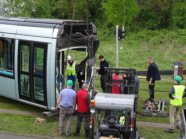 Valenciennes & Anzin - Déraillement de la rame de tramway n° 17 à la sortie du dépôt de Saint-Waast le 11 avril 2014 (034).JPG