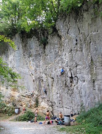 Verd - Rock wall above Cliff Spring (part of Retovje Springs) in Verd