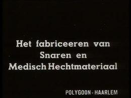 Bioscoopjournaal uit september 1940. Fabricage door witgejaste mannen en vrouwen van snaren en catgut (medisch hechtmateriaal voor operaties) bij de N.V. Eerste Nederlandsche Snaaren en Catgutfabriek-Hakkert te Rotterdam.