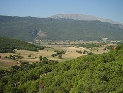 Vista delle Prata e della catena del Sirente dal Santuario di San Rocco.JPG
