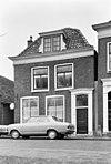 foto van Pand met gevel met rechte kroonlijst, houten deuromlijsting