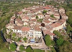 Vue drone de la cité médiévale de Pérouges (avril 2021) au premier plan Porte-d'en-Bas.JPG
