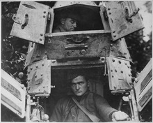 Comandantes y conductores Lossy-page1-220px-With_the_Americans_northwest_of_Verdun._The_skipper_and_gunner_of_a_%22whippet%22_tank,_with_the_hatches_open._France..._-_NARA_-_530756.tif