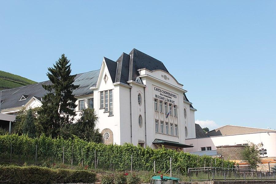 D'Wënzergenossenschaft zu wuermeldeng, op Nummer 115, route du Vin. Zënter dem 13. Mäerz 2013 op der Lëscht vum Zousaz-Inventaire vun den natoinale Monumenter.