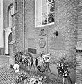 Zuidgevel, detail plaquette's in muur als oorlogsmonument met vier mei kransen - Colijnsplaat - 20352713 - RCE.jpg