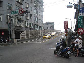 Xinzhuang District - Image: 新海大橋新莊端