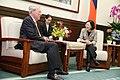 蔡英文總統與美國在臺協會薄瑞光主席談話.jpg