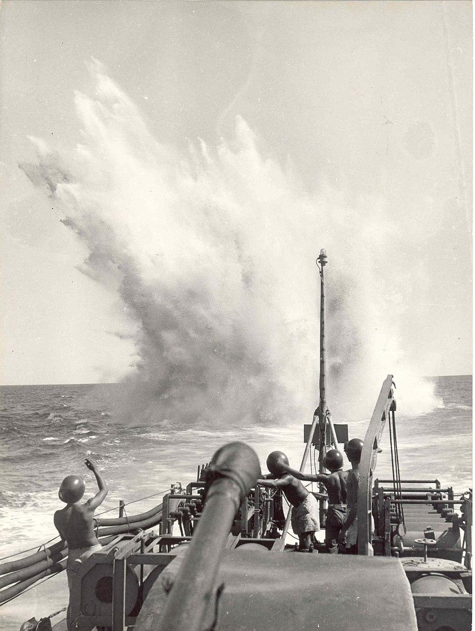 036562036562 - Exercício de lançamento de bombas de profundidade a bordo do Caca submarinos Guajará, 1944 (26171331354)