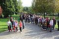 2013-10-12 - Bošáca, dav čekající před školou (3).jpg