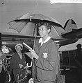Aankomst Amerikaanse Olympische atleten op Schiphol, W Rudolph poseert onder pa, Bestanddeelnr 911-6074.jpg