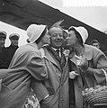 Aankomst van Heinz Ruhman met vrouw en zoon op Schiphol Heinz wordt verwelkomd d, Bestanddeelnr 911-1697.jpg